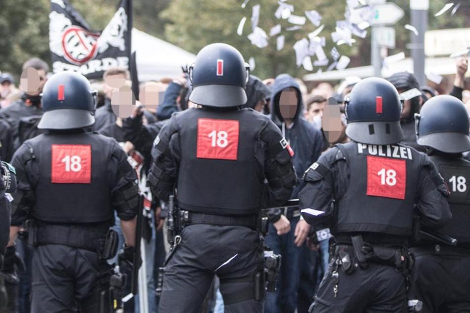 Polizisten stehen Fans von Eintracht Frankfurt gegenüber.