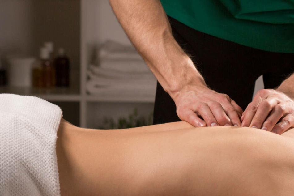 Es sei nicht immer zu vermeiden, dass man bei einer Massage um unteren Rücken in die Nähe der Genitalien käme, sagte der Angeklagte.