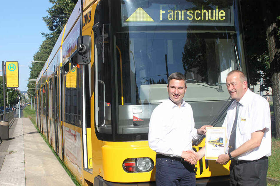 Mobilität, etwa durch den ÖPNV, ist für die Grünen ein TopThema. Kandidat Stephan Kühn versuchte sich jetzt als Straßenbahnfahrer in Dresden.