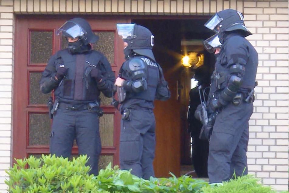 Vier Syrer wurden in Norddeutschland festgenommen, weil sie Mitglieder einer Terrororganisation sein sollen.