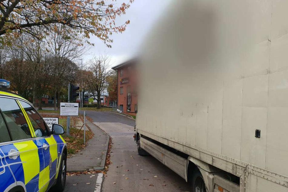 Polizei kann nicht glauben, wie ein Lkw-Fahrer seinen Blinker repariert
