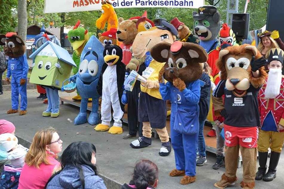 Maskottchen aus Nah und Fern trafen sich im Chemnitzer Küchwald. Zum Abschluss drehten sie eine Runde mit der Parkeisenbahn.