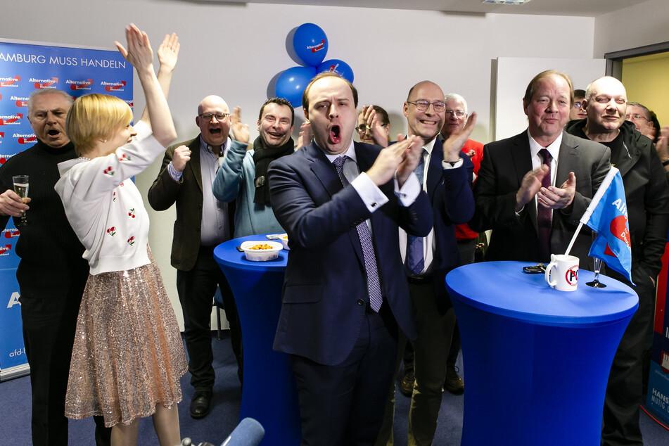 Mitglieder der Hamburger AfD feiern bei der Wahlparty zur Bürgerschaft.