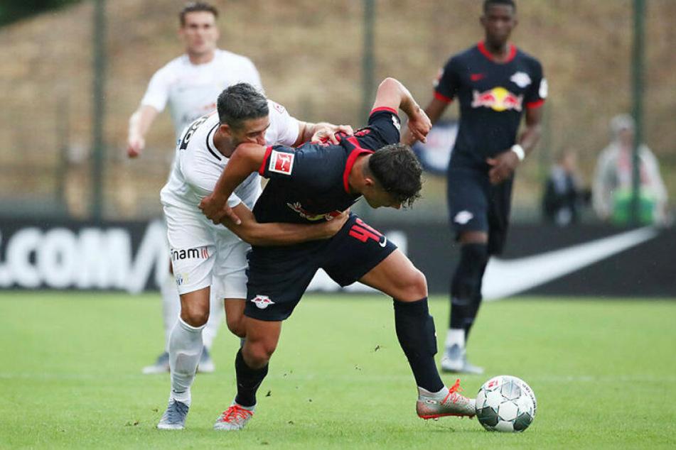 Mit insgesamt acht eingesetzten Jugendspielern (hier der 16-jährige Joscha Wosz, r.) war nach vier Tagen Training nicht viel drin für RB Leipzig.