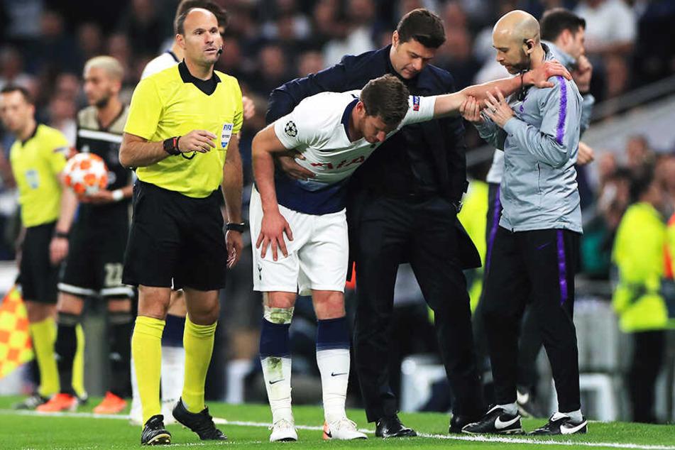 Tottenhams Abwehrkante Jan Vertonghen (M.) musste schwer angeschlagen mit Verdacht auf eine Gehirnerschütterung noch in der ersten Hälfte ausgewechselt werden.