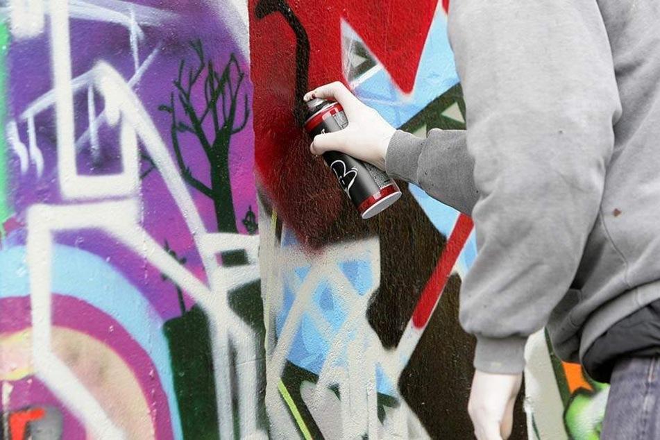 Polizist läuft Graffiti-Sprayern über den Weg