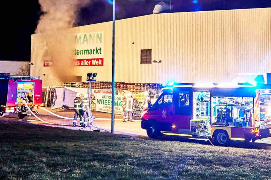 Böller und Raketen explodieren in sächsischem Sonderpostenmarkt: halbe Halle abgefackelt!