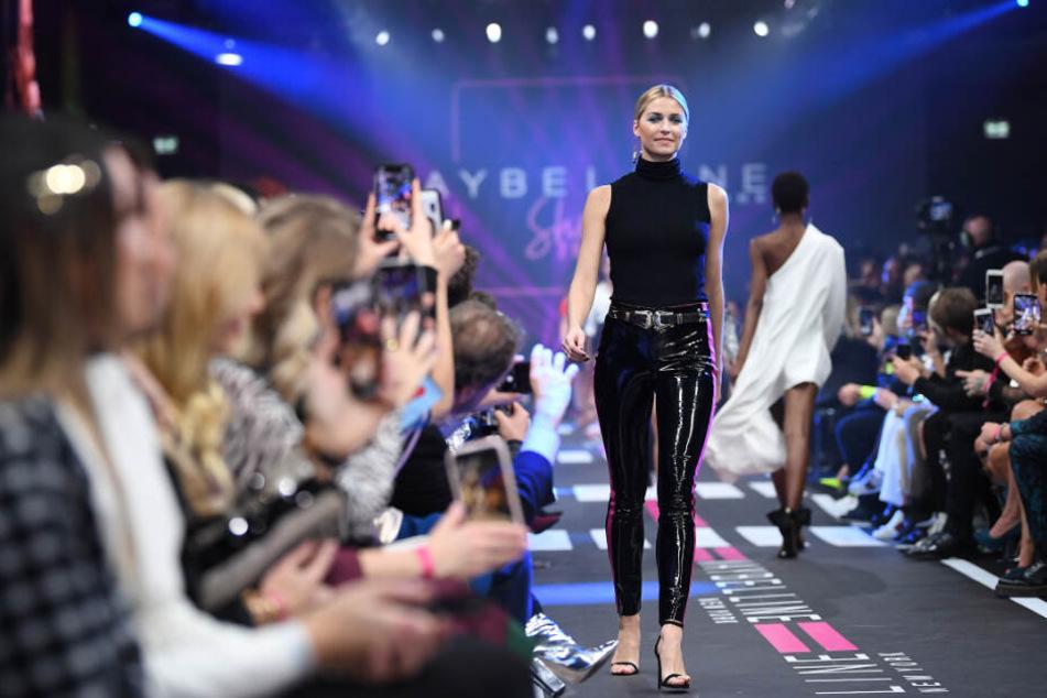 Model Lena Gercke stolziert über den Berliner Laufsteg.