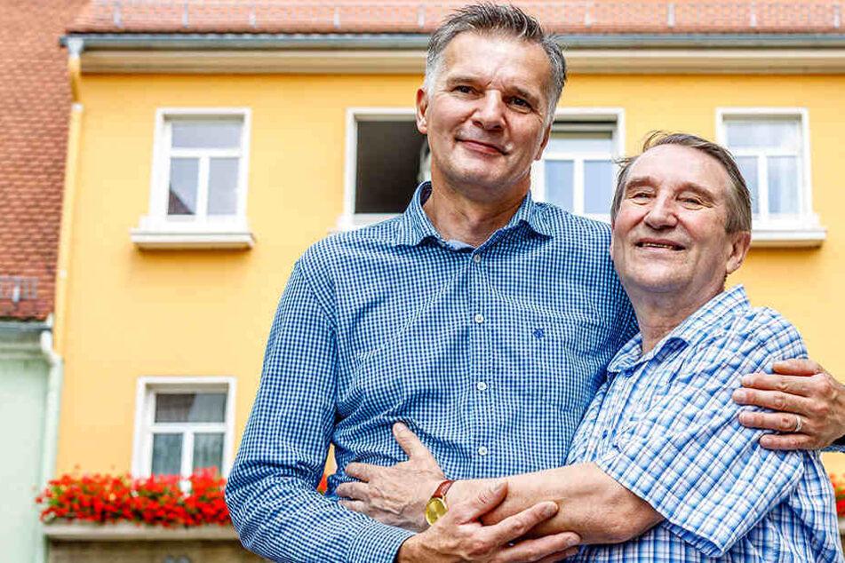 Stehen vor dem Haus in Königsbrück mit der Dachfenster-Luke (o.r.): Vor 50 Jahren rettete der damalige Sowjetsoldat Valentin Bobukh (heute 72) Torsten (heute 51) das Leben.