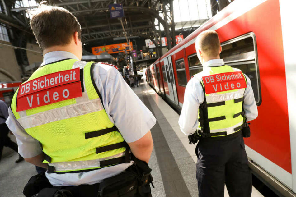Sicherheitskräfte stehen am Bahnsteig.