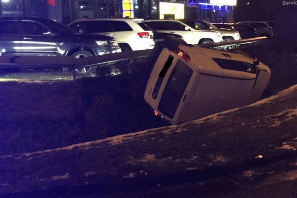 Der Fiat Kastenwagen landete punktgenau vor einem Autohaus.