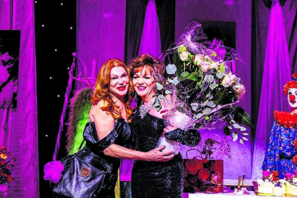 Theater-Chefin Zora Schwarz (l.) gratuliert Marcel Bijou mit 40 rosaroten Rosen zum Bühnenjubiläum.