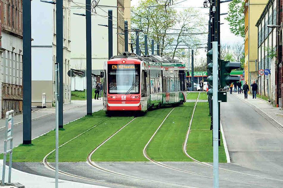 Die Citylinks rollen auf grünem Gleiskörper vom Hauptbahnhof bis zum Stadlerplatz.