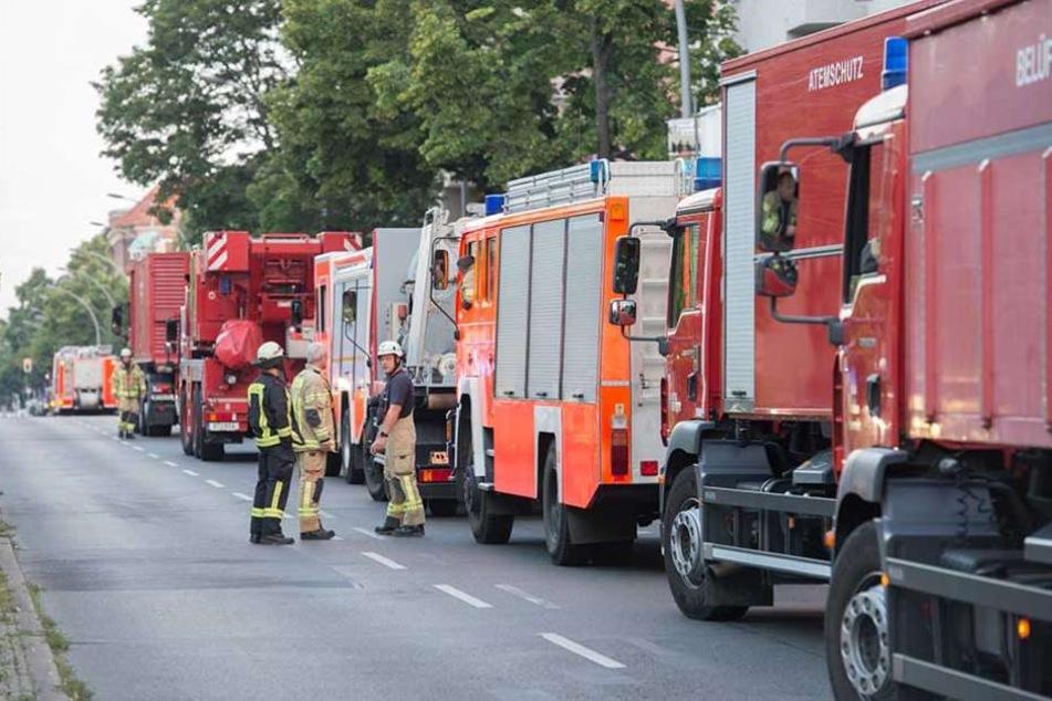 Mehrere Einsatzfahrzeuge der Feuerwehr stehen auf der Müllerstraße am U-Bahnhof Rehberge.