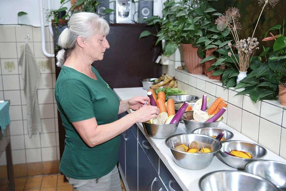 Sylvia Pohle (56) bereitet das Fressen in der zu kleinen Küche zu.