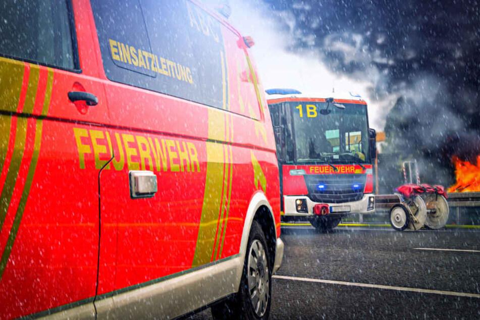 Brand in Prenzlauer Berg: Hausdach steht in Flammen