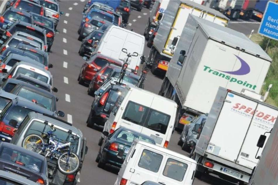 Hochzeitsgesellschaft blockiert mit 13 Fahrzeugen Autobahn 2