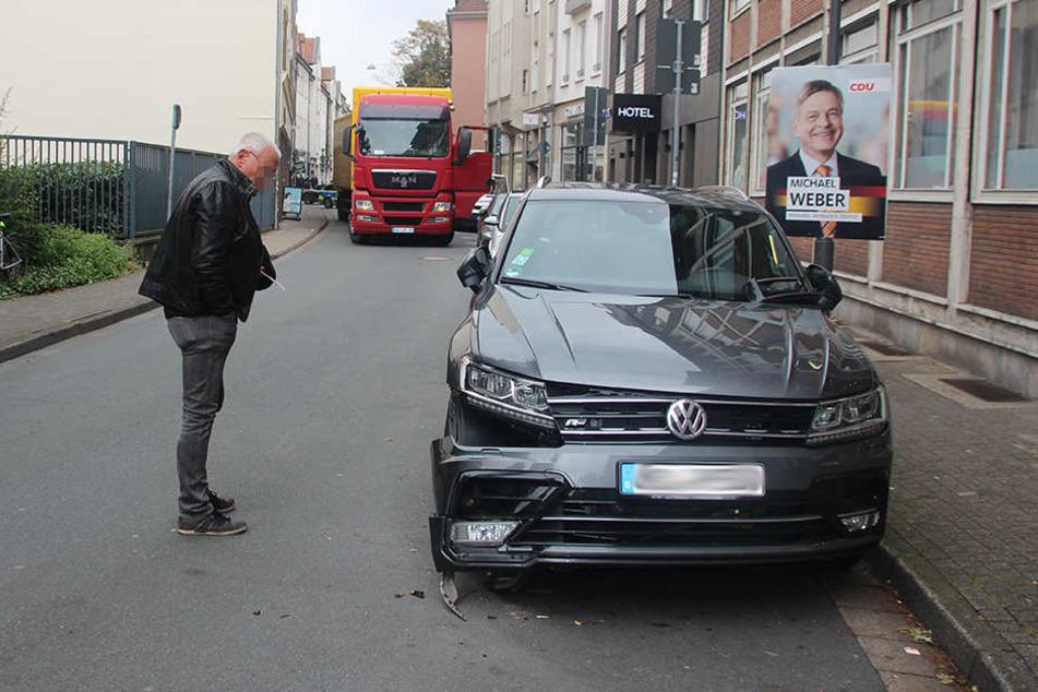 Ungläubig betrachtet der Besitzer seinen VW.