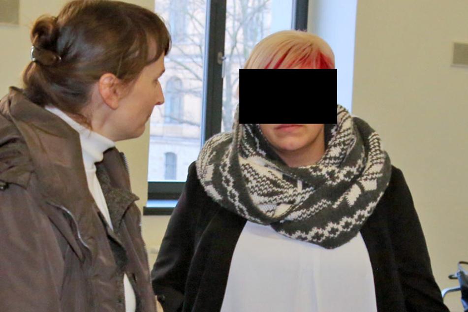 Schmuck-Händlerin Samantha W. (24, rechts) mit ihrer Anwältin Daniella  Prescher im Gericht.