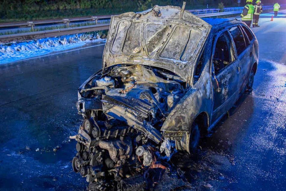 Das Auto brannte auf der Autobahn aus.