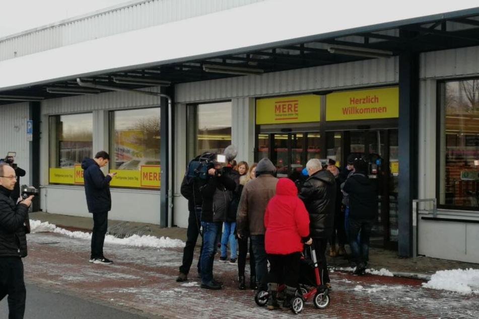 """Und rein geht's! Standen pünktlich um 9 Uhr nur etwa 20 Kunden vor dem """"Mere"""", waren es nur 20 Minuten später fast zehnmal so viele."""