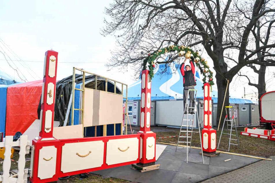 Der Eingang zum Circus an der Pieschener Allee wird weihnachtlich geschmückt.