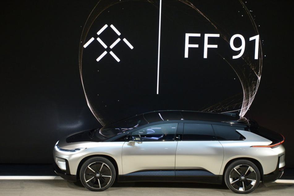 Die Autofirma Faraday Future, die Anbietern von Elektrofahrzeugen wie Tesla Konkurrenz machen will, hat ihr erstes Produktionsmodell vorgestellt.