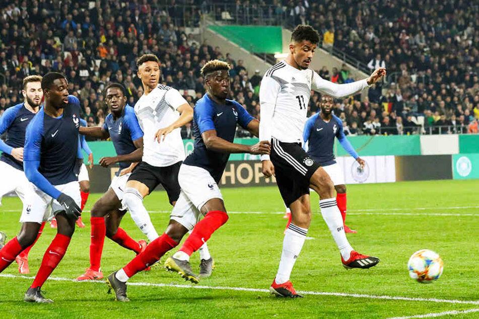 """Im März hat Emmanuel Iyoha (r.) noch für die """"U21"""" gegen Frankreich gespielt. Zur EM darf er nicht mit."""