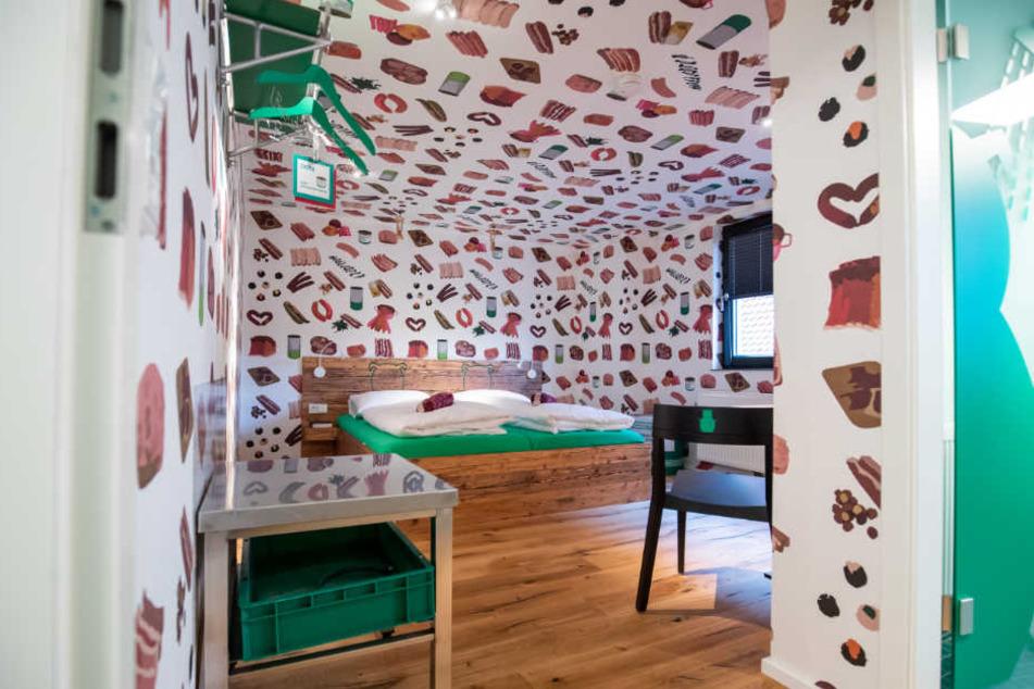 Claus Böbel hat die Zimmer in seinem Bratwurst-Hotel liebevoll eingerichtet.