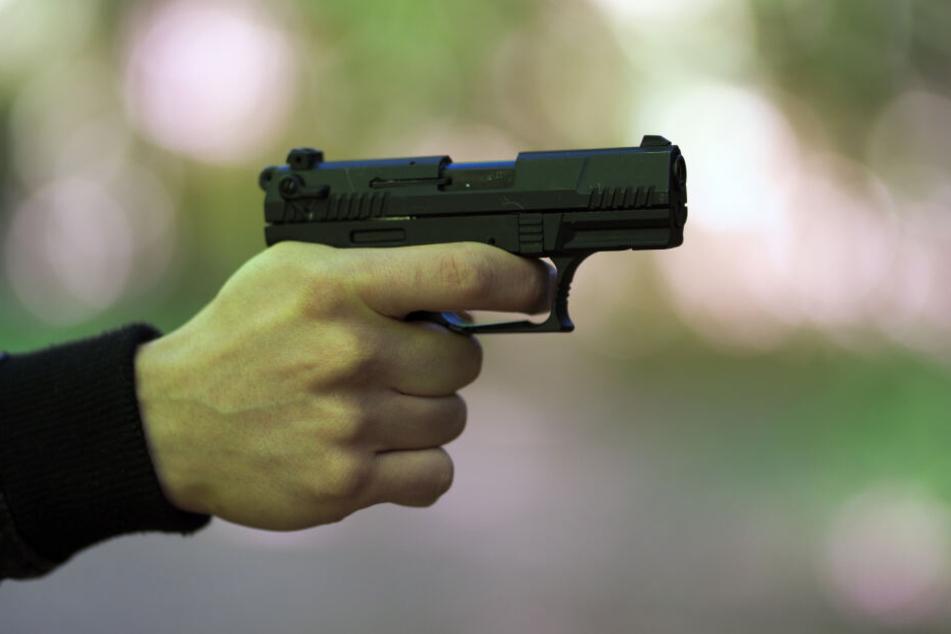 Insgesamt vier Waffen stellten die Beamten sicher. (Symbolbild)