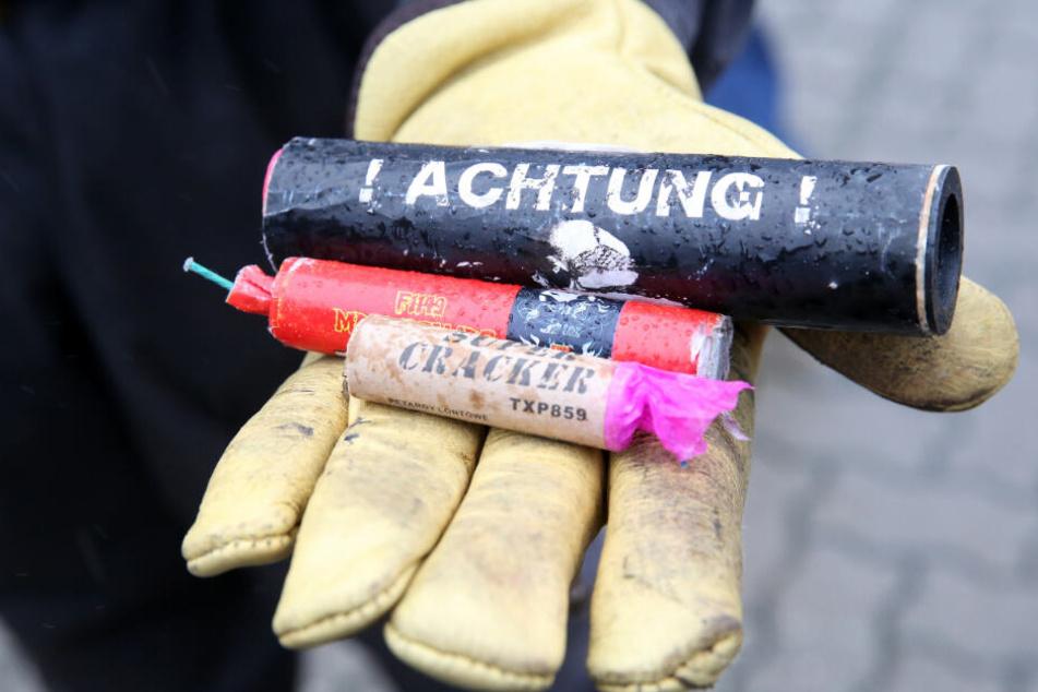 Jedes Jahr vor Silvester stellt die Polizei zahlreiche verbotene Böller sicher. (Symbolbild)