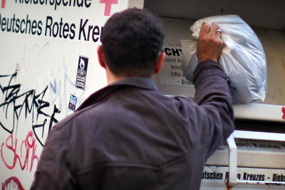 Aus einem Altkleider-Container holten zwei Männer die Klamotten. Während einer abhaute, blieb der andere im Inneren des Behälters stecken. (Symbolbild)