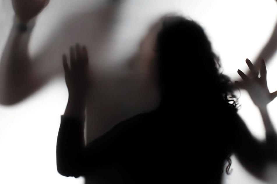 Vater will wissen, ob seine Tochter (15) noch Jungfrau ist und vergewaltigt sie