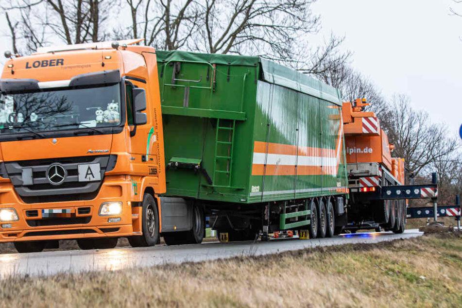 Schock auf B92: Auflieger löst sich plötzlich von Lkw