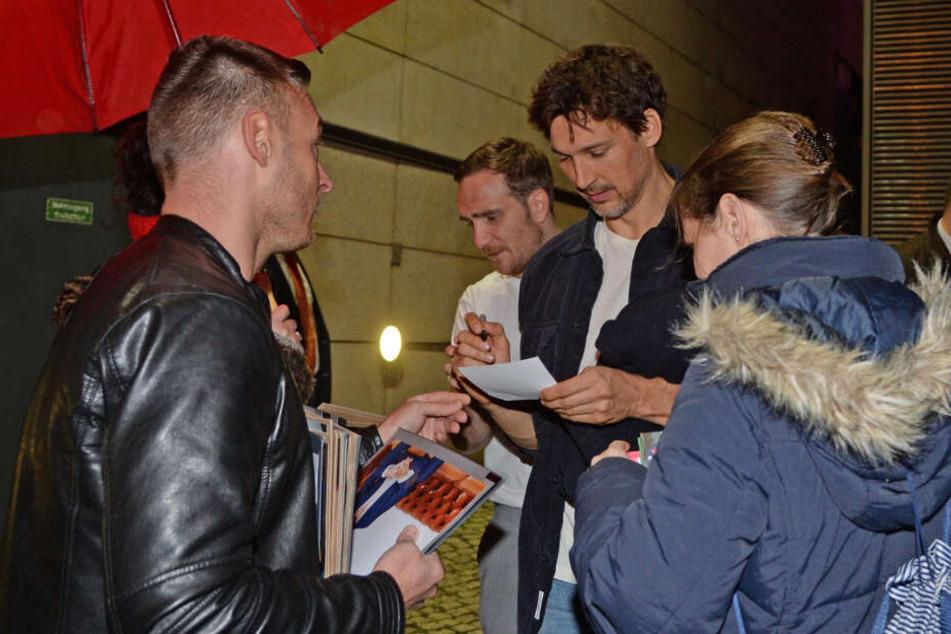 Frederick Lau und Florian David Fitz geben Autogramme.