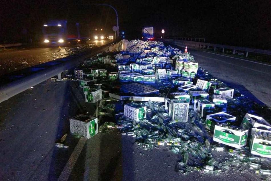 Mehrere Kisten Bier verteilten sich auf der Autobahn.