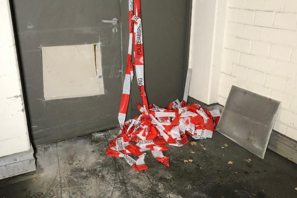 Bei der Tat in Hof mussten die Einbrecher teilweise Löcher in die Türen schneiden, um zum Automaten zu gelangen.