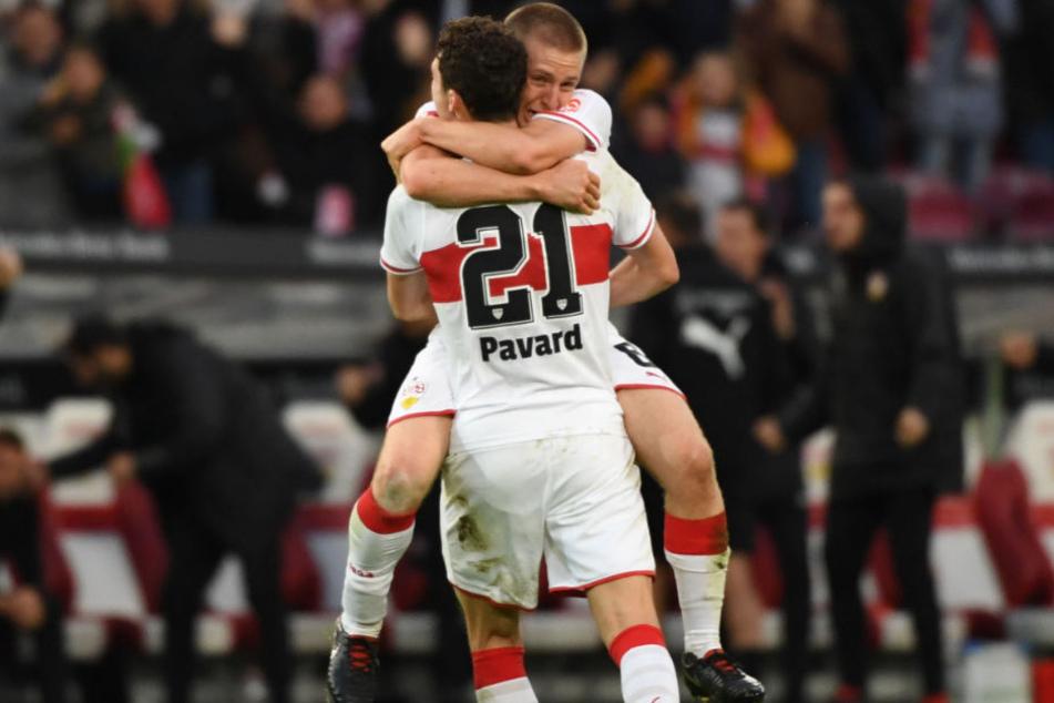Bejubeln die 1:0-Führung ihres VfB: Benjamin Pavard (Rücken zum Bild) und Santiago Ascacibar.