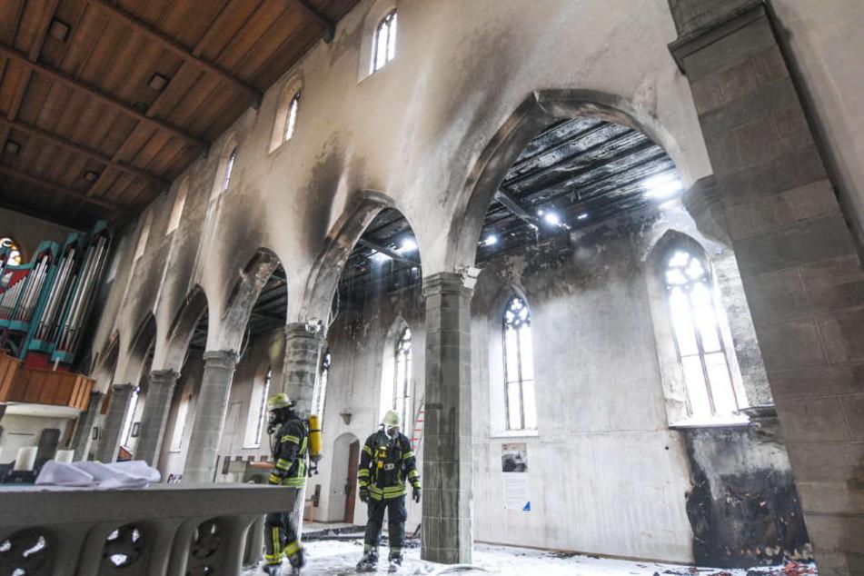 Das Feuer brach im linken Kirchenschiff aus, griff dann auf andere Teile des Gebäudes über.