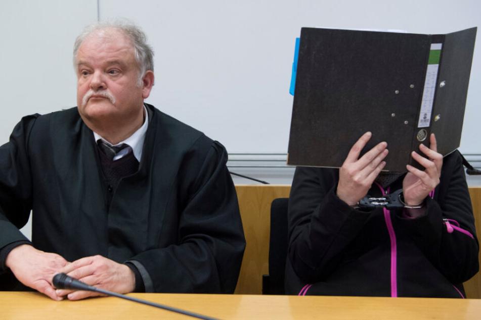 Am Tag der Urteilsverkündigung: Links sitzt Verteidiger Hans-Wolfgang Schnupfhagn, rechts die Angeklagte.