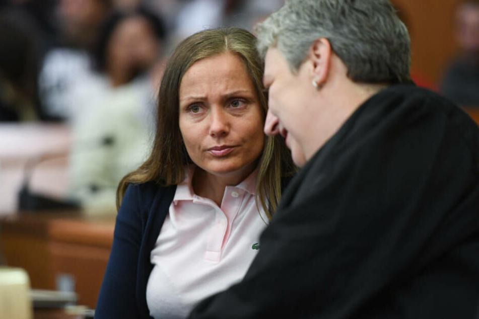 Schwesta Ewa beim Prozess-Auftakt im Juni 2017 im Gerichtssaal des Landgerichts in Frankfurt am Main mit Verteidigerin.
