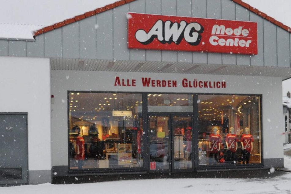 """""""Alle werden glücklich"""" prangt auf dieser AWG-Filiale. Derzeit gibt es ungute Nachrichten vom Unternehmen. (Symbolbild)"""