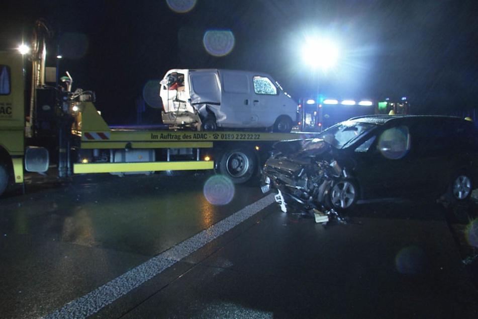 Der Suzuki (vorn) wurde von dem Kleinbus (hinten) gerammt, beide Autos schleuderten dann von der Fahrbahn.