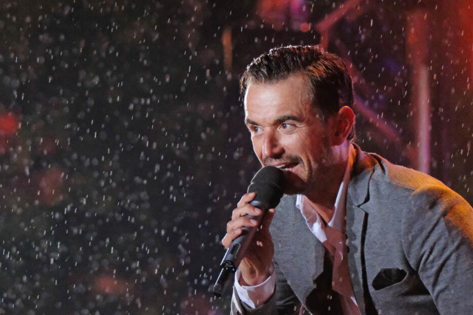 Florian Silbereisen singt im Innenhof von Schloss Klaffenbach auf der Bühne.