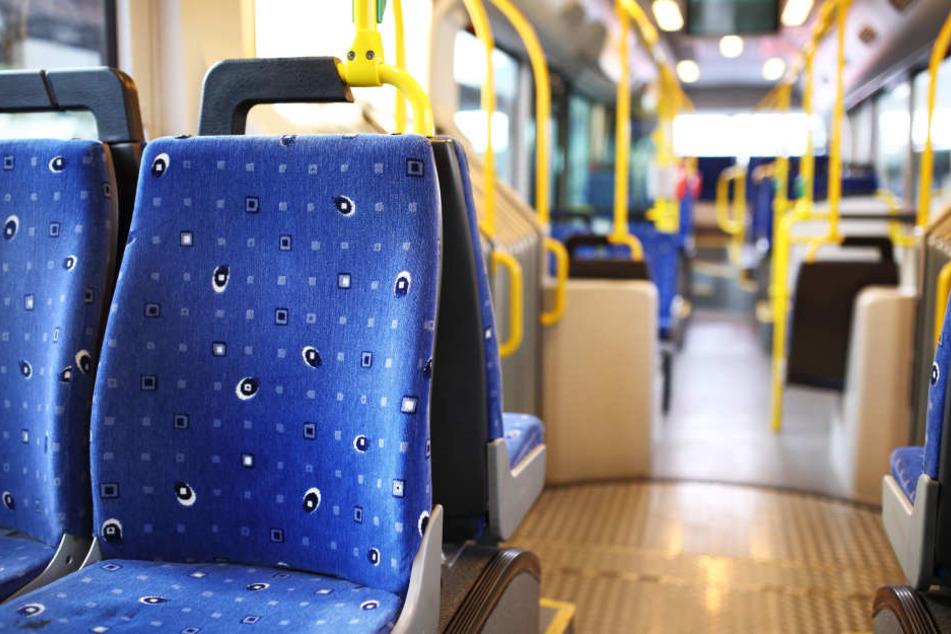 In einem Linienbus kam es zum Streit zwischen zwei 26-Jährigen. Einer von ihnen zog plötzlich ein Messer (Symbolbild).
