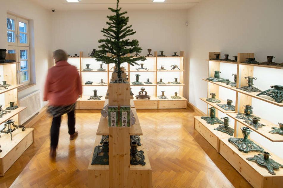 Das Museum stellt Christbaumständer aus.