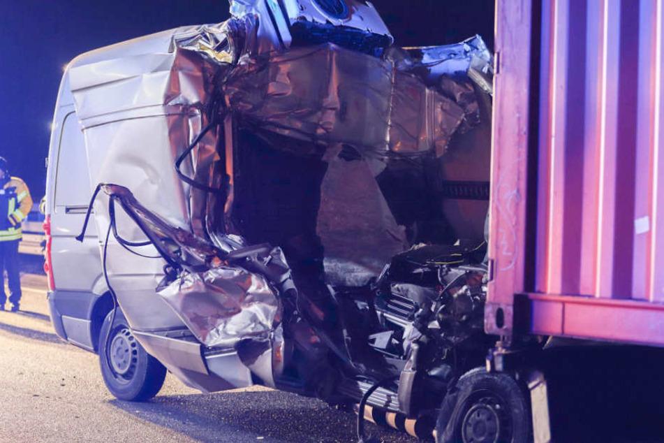 Mercedes Sprinter gerät unter Heck von Laster: Fahrer (24) sofort tot