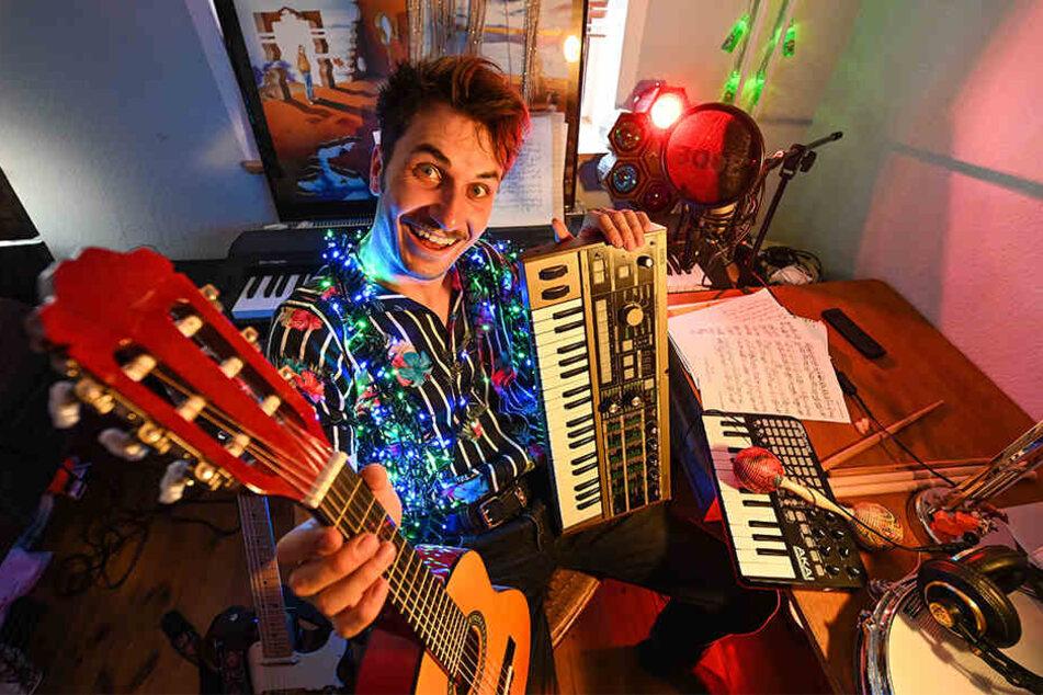Luis Schröter (26) bei sich zu Hause: Mit Instrumenten, Nebelmaschine, Beamer und Co. revolutioniert er gerade WG-Partys.