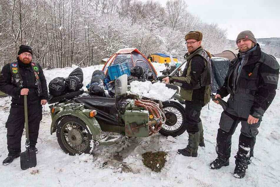 Benni, Kaschper und Philipp reisten gestern mit ihren ukrainischen Dnepr-Gespann zum Bikertreffen an.