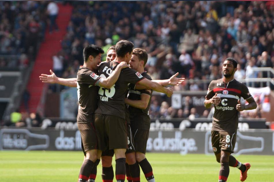 Die Spieler des FC St. Pauli jubeln nach dem Anschlusstreffer zum 1:1.